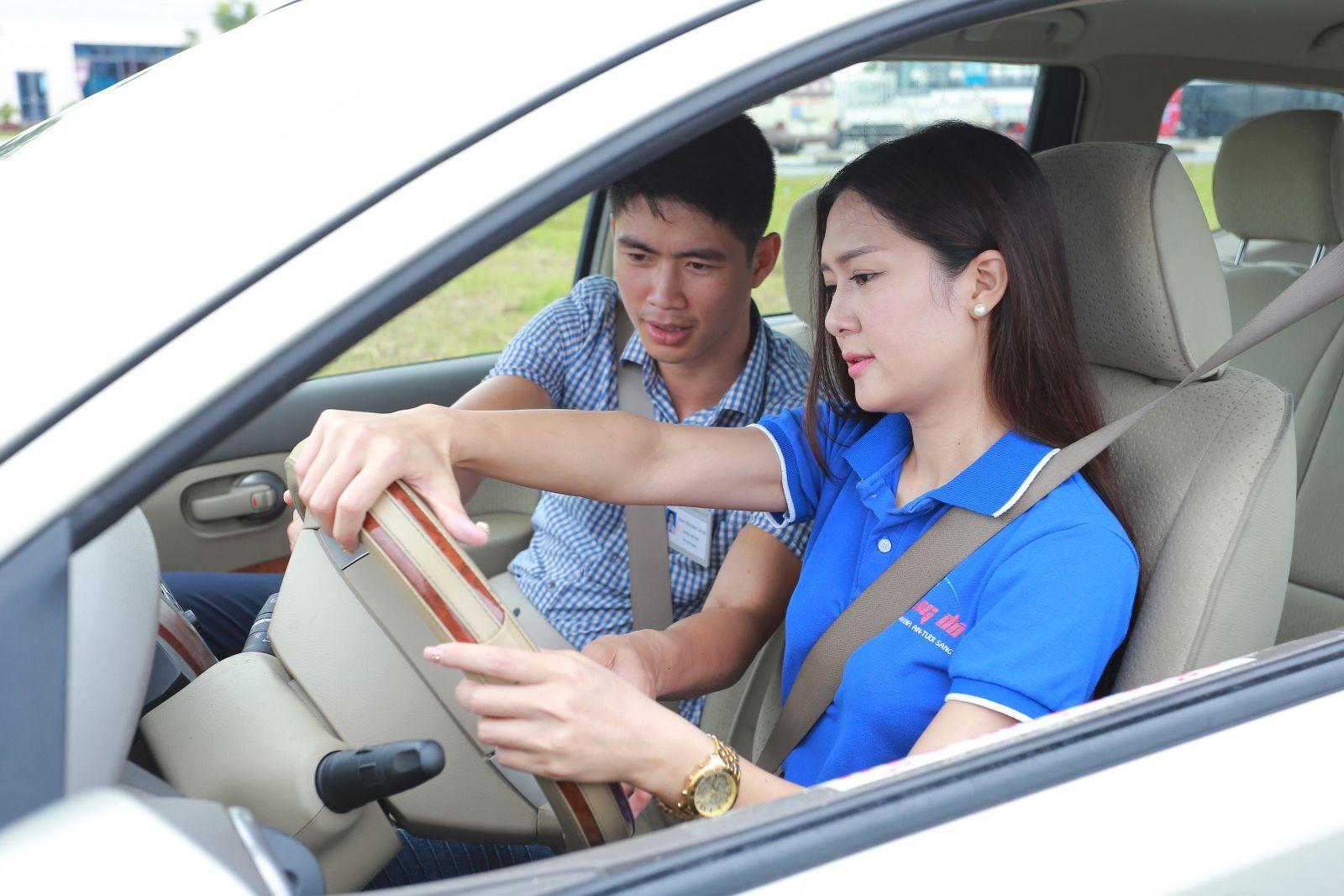 Giaó viên của trung tâm dạy lái xe Saigontourist nhiệt tình hỗ trợ học viên